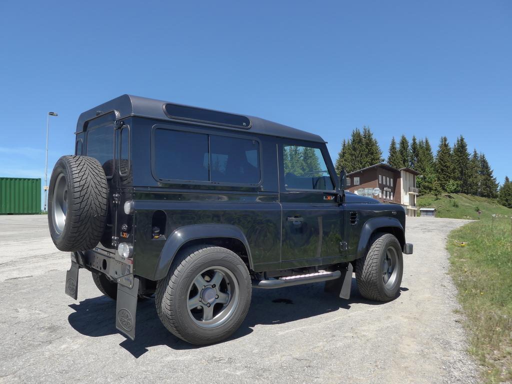 land rover defender lxv vendre voiture exclusive d 39 occasion autogespot. Black Bedroom Furniture Sets. Home Design Ideas